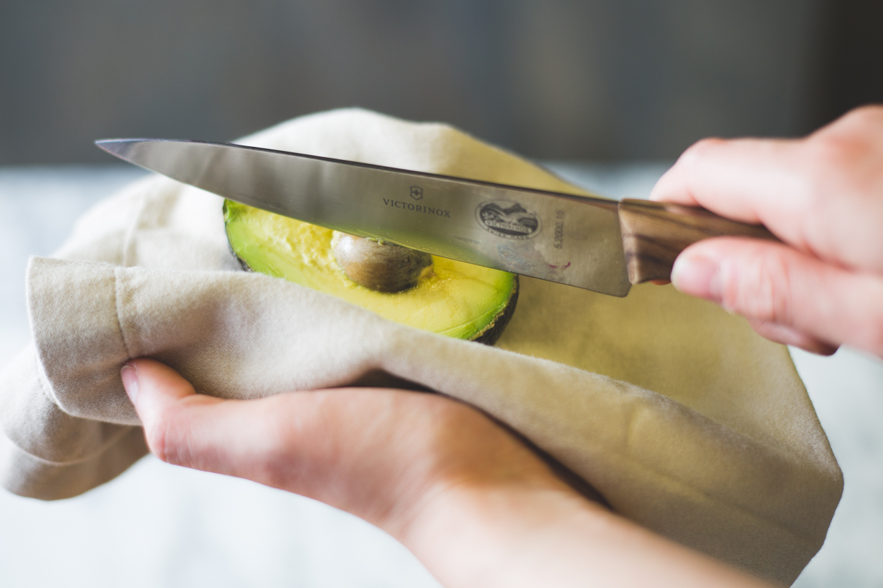 How To Easily Tell When an Avocado is Ripe - properly open an avocado